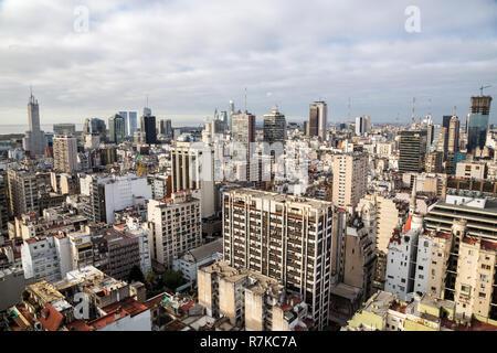 Buenos Aires Central Business District (Microcentro) gratte-ciel skyline en hiver par temps nuageux ciel de plomb. L'Argentine, l'Afrique, l'Amérique latine vue aérienne. Banque D'Images