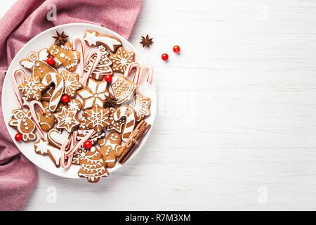 Plaque avec Christmas gingerbread cookies sur le tableau blanc. Vue de dessus, copiez l'espace. Banque D'Images