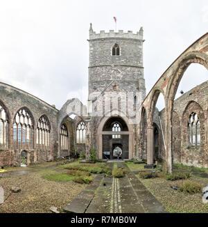 L'intérieur de l'abandonné de le percer à Saint Peter's Church dans le parc du château, avec des fenêtres en ogive et Bell Tower, à Bristol, Royaume-Uni