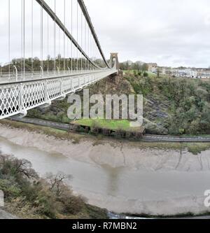 Un grand angle vue de la plate-forme, le porte jarretelles et câbles principaux et la tour du pont suspendu de Clifton sur Avon River dans la région de Bristol, Royaume-Uni