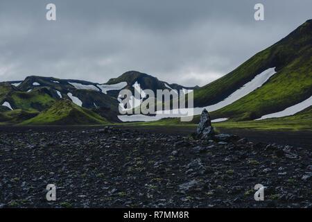 Green Hills volcanique dans les hautes terres d'Islande. Banque D'Images