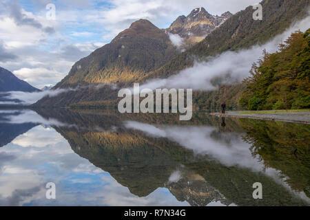 Une personne au lac Gunn avec réflexions, Nouvelle-Zélande Banque D'Images