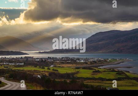 Des arbres de lumière du soleil à travers les nuages à l'est du Loch Broom, NW des Highlands d'Écosse. Vue de l'A835 Road au-dessus de Ullapool.