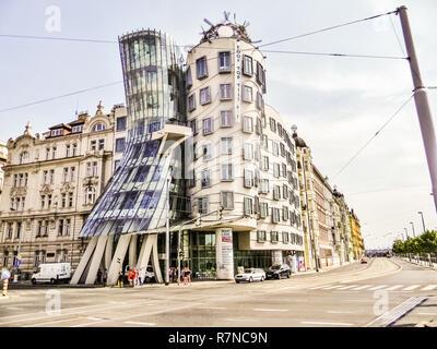 PRAGUE, RÉPUBLIQUE TCHÈQUE, 18 mars 2015: La maison qui danse de Prague, à l'architecture moderne