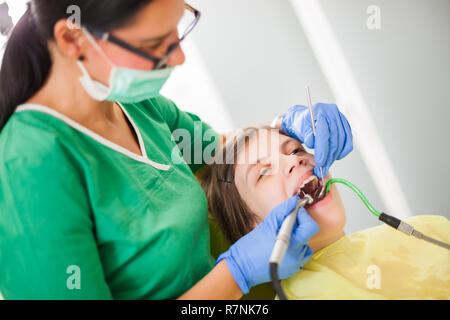 Petite fille est prête pour dentiste. Banque D'Images