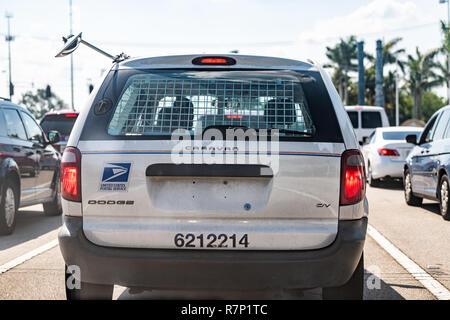 Naples, États-Unis - 30 Avril 2018: rue du centre-ville du trafic routier avec USPS United States Post Office voiture camion véhicule libre retour Caravan de Dodge avec signe Banque D'Images