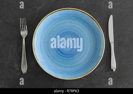 Close up de l'assiette, fourchette et couteau sur le tableau Banque D'Images