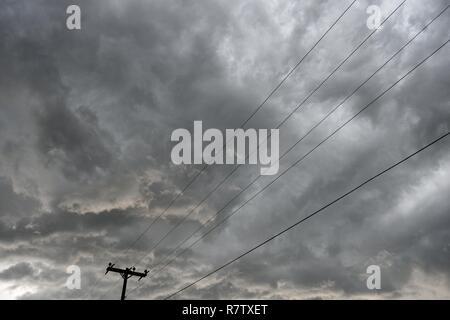 L'infrastructure du réseau électrique, poteau et les frais généraux les lignes d'alimentation contre le ciel bleu et nuages dans le Wyoming / USA. Banque D'Images