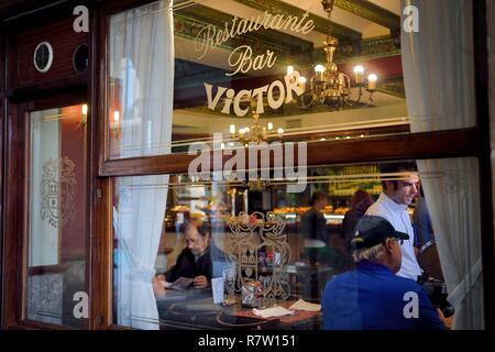 Espagne, Pays Basque, Province de Biscaye, Bilbao, Casco Viejo (vieille ville), bar-restaurant de l'Hôtel Plaza Nueva Banque D'Images