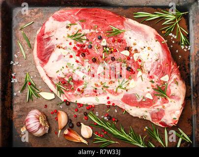 La viande fraîche. Épaule d'agneau cru prêt pour la cuisson avec l'ail, le romarin, le genévrier, poivre et sel. La cuisson d'un délicieux dîner. Selective focus