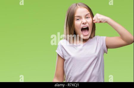 Belle jeune fille sur fond isolé en colère et frustrés et poing de fou furieux tout en criant avec colère. La rage et la notion d'agression Banque D'Images
