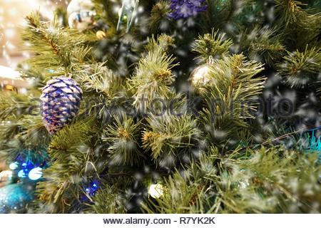 Arbre de Noël et les petits et la décoration avec de nombreux cadeaux à white bokeh Banque D'Images