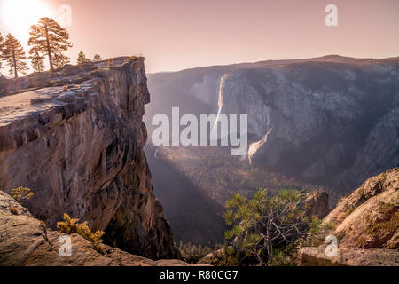 Yosemite National Park, y compris les demi-dôme, Yosemite Falls, et El Capitan dans la Merced River dans la vallée Yosemite