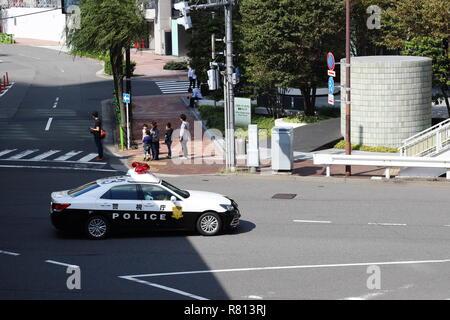 Une voiture de police dans la région de Shimbashi Tokyo lors d'une journée ensoleillée. Banque D'Images