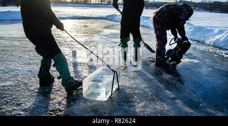 Mine de travailleurs de gros cubes de glace naturel de la rivière 'la glace Miners' Banque D'Images