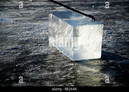 Mine de travailleurs de gros cubes de glace des rivières naturelles, crochet crochet de gros cubes de glace de rivière, la glace de rivière de récolte Banque D'Images