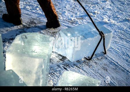 Gros cubes mine les travailleurs de rivière naturelle iceworkers la mienne gros cubes de glace de rivière naturelle , la récolte de la glace de la rivière Banque D'Images