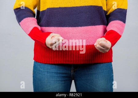 Angry young woman holding fists.Clouse en place d'un jeune étudiant irrité et essaie d'être forte.SELF DEFENSE CONCEPT. Banque D'Images