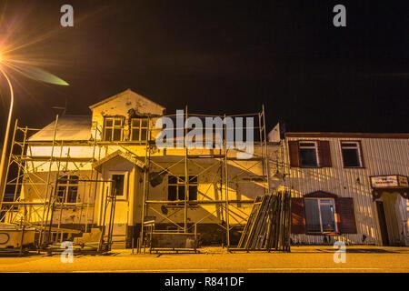 Maisons islandaises dans la nuit dans la région des fjords de l'ouest Banque D'Images