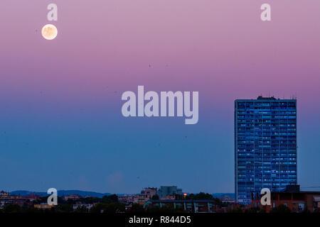 Rimini, coucher de soleil sur la ville avec le gratte-ciel et la lune dans la distance Banque D'Images