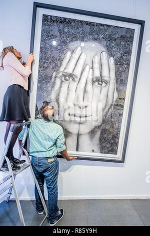 Londres, Royaume-Uni. 13 Décembre, 2018. Mirror II par Tigran Tsitoghdzyan - Au-delà de la réalité (13ème - 28 décembre), un collectif de montrer des artistes hyperréalistes à l'Opera Gallery, New Bond Street. Crédit: Guy Bell/Alamy Live News Banque D'Images