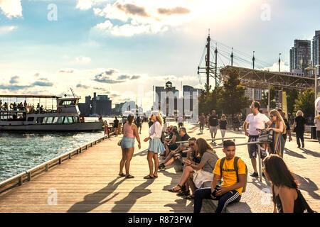 Toronto, Canada - 19 août 2017 5ème - les touristes et les habitants s'amusant dans un front de plage avec des bateaux arrivant dans un après-midi de fin d'été à Toronto Banque D'Images