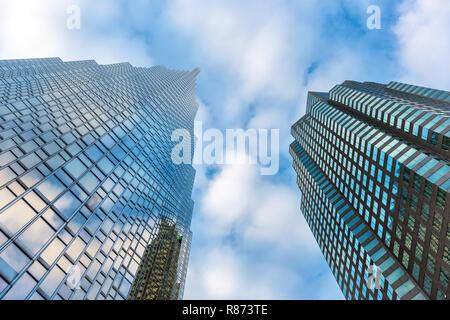 Un bâtiment d'entreprise vue d'en bas à Toronto au Canada dans un ciel bleu jour Banque D'Images