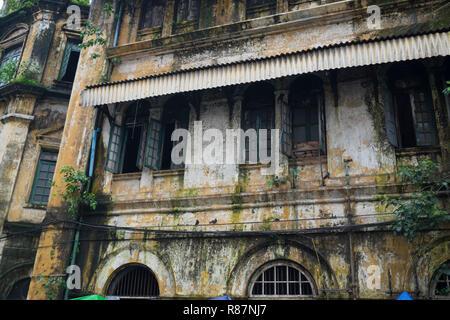 Vieille façade d'un bâtiment vide, un exemple de l'architecture coloniale britannique à Yangon, Myanmar. Banque D'Images