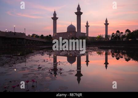 Matin lever du soleil Ciel de Masjid Bukit Jelutong à Shah Alam près de Kuala Lumpur, Malaisie. Également connu sous le nom de mosquée de Tengku Ampuan Rahimah. Banque D'Images