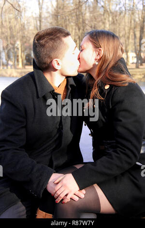 Couple heureux dans le parc de la ville le jour de la Saint-Valentin Banque D'Images