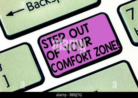 Main conceptuel écrit, indiquant l'étape hors de votre zone de confort. Photo d'objets américains font des choses différentes quitter la routine touche clavier Intention