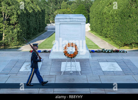 Gardé tombe du Soldat inconnu, le cimetière d'Arlington, Virginia, USA. Banque D'Images