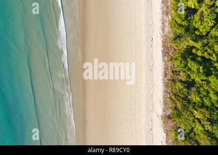 Une vue aérienne de la région de Daintree Plage Noé en afr nord du Queensland. Directement à angle vers le bas. Ce tronçon de côte la forêt tropicale se développe jusqu'à Banque D'Images