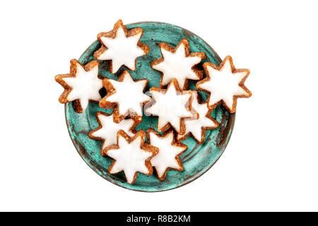Une photo gros plan de Zimtsterne allemands traditionnels, de la cannelle, cookies star tourné par le haut sur un fond blanc, isolé avec un chemin de détourage Banque D'Images