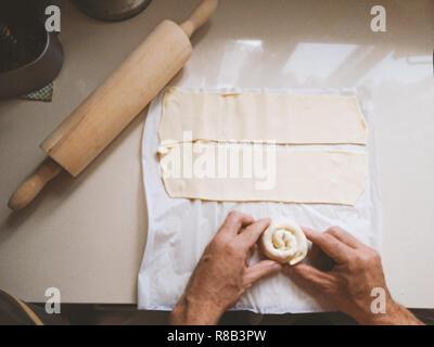 Les mains des hommes sur la table faire les brioches de Doug, vue de dessus. Home concept cuisson Banque D'Images