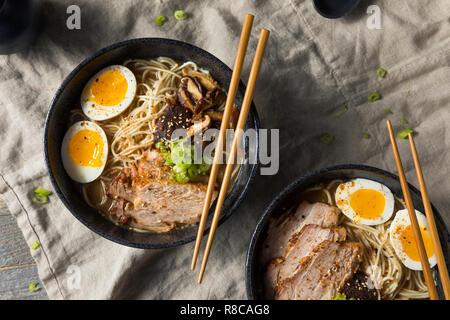 Porc Tonkotsu Ramen japonais faits maison avec des champignons et des oeufs Banque D'Images