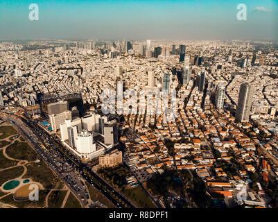 Vue de dessus de la hauteur des gratte-ciel de Tel-Aviv-la ville côtière d'Israël au Moyen-Orient. Vue panoramique sur les toits de la métropole moderne. Banque D'Images