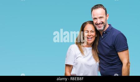 L'âge moyen hispanic casual couple sur fond isolé avec un sourire heureux et cool sur le visage. Chanceux. Banque D'Images