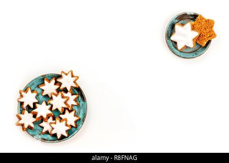 Noël Zimtsterne, cannelle étoiles cookies, tourné par le haut sur un fond blanc avec copie espace Banque D'Images