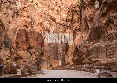 Die enge Felsschlucht Siq führt zu Petra, Bosnien und her ..., Asien | Le passage étroit siq qui mène à Petra, Jordanie, Asie Banque D'Images