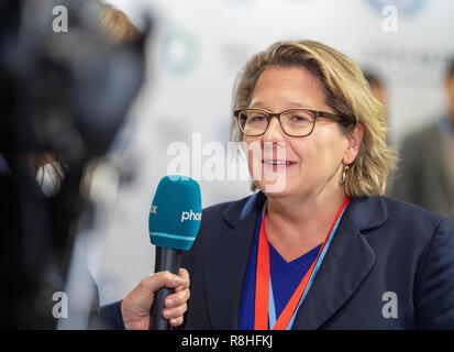 Katowice, Pologne. Le 15 décembre, 2018. Svenja Schulze (SPD), Ministre fédéral de l'environnement, parle avec les journalistes avant le début d'une session plénière lors du sommet climatique. Credit: Monika Skolimowska/dpa-Zentralbild/dpa/Alamy Live News Banque D'Images