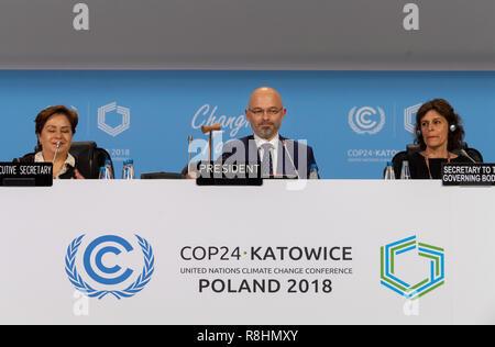 Katowice, Pologne. Le 15 décembre, 2018. Michal Kurtyka (M), Président de la Conférence des Nations Unies sur le Changement Climatique COP24, les phoques le compromis de l'assemblée plénière avec un coup de marteau. L'objectif de cet accord est de limiter le réchauffement à deux degrés bien au-dessous. Credit: Monika Skolimowska/dpa-Zentralbild/dpa/Alamy Live News Banque D'Images