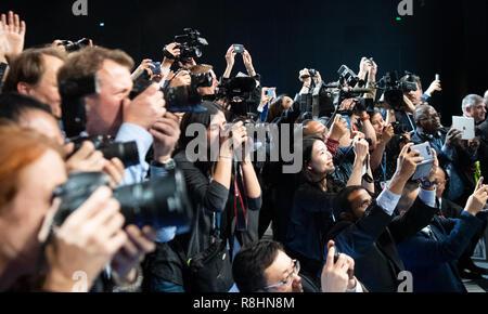 Katowice, Pologne. Le 15 décembre, 2018. De nombreux journalistes sont debout devant le podium à la fin de la COP24 sommet climatique mondial. L'objectif de cet accord est de limiter le réchauffement à deux degrés bien au-dessous. Credit: Monika Skolimowska/dpa-Zentralbild/dpa/Alamy Live News Banque D'Images