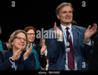 Katowice, Pologne. Le 15 décembre, 2018. Svenja Schulze (SPD), Ministre fédéral de l'environnement, et Karsten Sach, chef de la délégation de négociation allemande, sont heureux de la décision du compromis lors du sommet climatique. L'objectif de cet accord est de limiter le réchauffement à deux degrés bien au-dessous. Credit: Monika Skolimowska/dpa-Zentralbild/dpa/Alamy Live News Banque D'Images