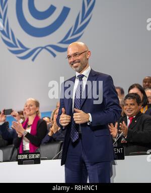 Katowice, Pologne. Le 15 décembre, 2018. Michal Kurtyka (M), Président de la Conférence des Nations Unies sur le Changement Climatique COP24, et les chefs de délégations sont heureux de la décision sur le compromis lors du sommet climatique. L'objectif de cet accord est de limiter le réchauffement à deux degrés bien au-dessous. Credit: Monika Skolimowska/dpa-Zentralbild/dpa/Alamy Live News Banque D'Images