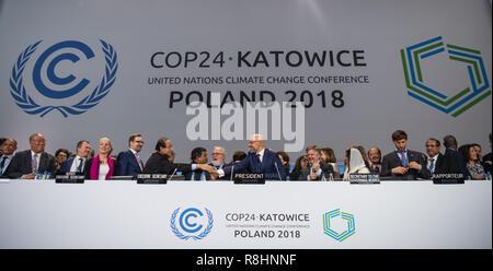 Katowice, Pologne. Le 15 décembre, 2018. Les participants du sommet sur le climat sont heureux de la décision du compromis avec Michal Kurtyka (M), président du sommet des Nations Unies sur le climat COP24. L'objectif de cet accord est de limiter le réchauffement à deux degrés bien au-dessous. Credit: Monika Skolimowska/dpa-Zentralbild/dpa/Alamy Live News Banque D'Images