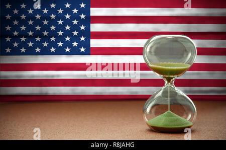 Le sable dans les vases du sablier mesurant le temps qui passe dans un compte à rebours jusqu'à une date limite, sur USA flag background with copy space Banque D'Images