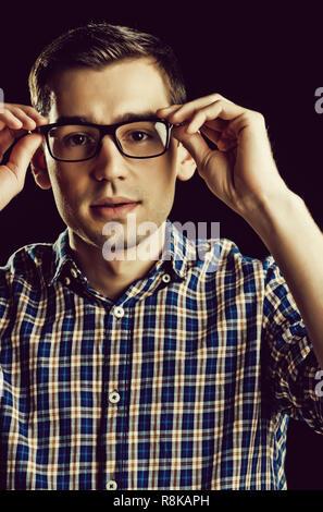 Jeune homme, nerd, dans les verres et chemise à carreaux à la mode Banque D'Images