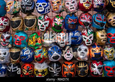 Les masques de catch Lucha Libre sur l'affichage pour la vente sur la rue à San Francisco, Californie. Banque D'Images