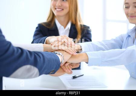L'équipe d'affaires montrant l'unité avec leurs mains ensemble. Groupe de personnes se donnent la main et représentant concept d'amitié, le travail d'équipe et de partenariat Banque D'Images